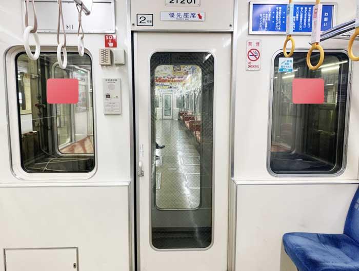 Osaka Metro 連結部ステッカー広告写真